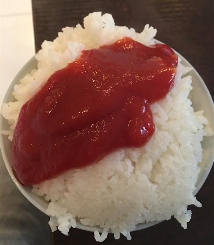 2:魔兽后裔在微博上PO出的自己的一餐:番茄酱拌饭.jpg