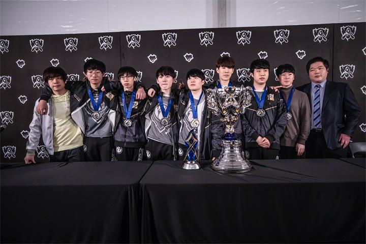 S8总决赛IG夺冠赛后中文流群访:感觉很不真实,像做梦一样